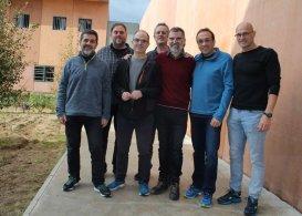 Primera foto amb els set presos polítics catalans que són a la presó de Lledoners. D?esquerra a dreta, Jordi Sànchez, Oriol Junqueras, Jordi Turull, Joaquim Forn, Jordi Cuixart, Josep Rull i Raül Romeva Foto: Omnium Català
